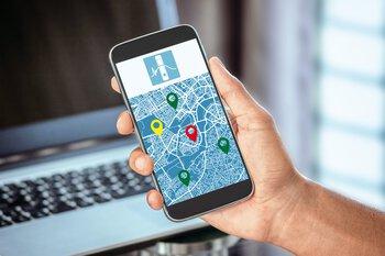 Smartphone met locaties op een kaart