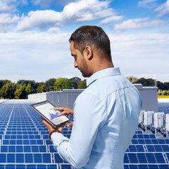 Man met tablet voor solarpark