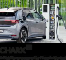 Открытая зарядная станция HPC и электромобиль VW eGolf с логотипом CHARX