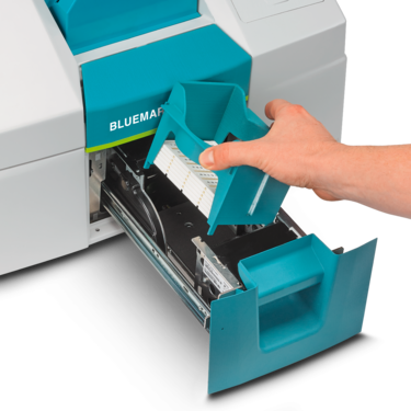 Removing the magazine from the BLUEMARK ID COLOR UV LED printer