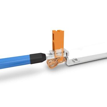 透過垂直插拔式連接方式連接一根導線
