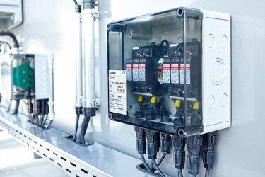 Coffrets de raccordement des générateurs prêts à installer avec parafoudre basse tension pour les installations photovoltaïques