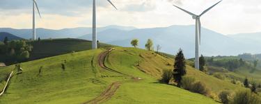 風力發電機組位於一片秀麗的風景中