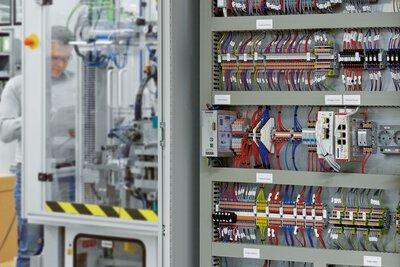 機械製造中開啟的控制櫃