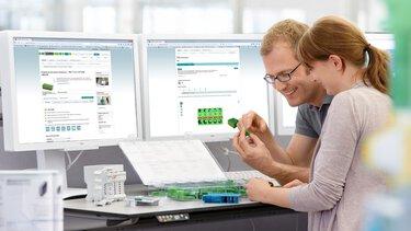 Des collaborateurs regardent les produits de Phoenix Contact sur des écrans