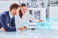 Geräteentwicklerin bei der Montage von Anschlusstechnik