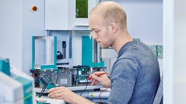 Maintenance d'un système d'impression par les techniciens de service de Phoenix Contact