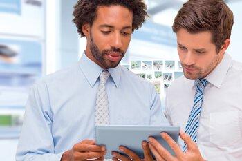Deux hommes utilisent le navigateur de produits pour connecteurs et boîtiers électroniques sur une tablette