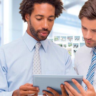 一名客戶和一名菲尼克斯電氣員工正看着一台平板電腦。