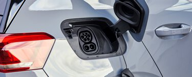 配備 CCS 充電座的電動汽車透過模式 3 充電電纜充電