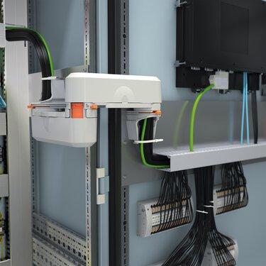 Pozare sigură a conductorilor la sistemul de testare cu conexiune cu fișe FAME din ușa tabloului de distribuție