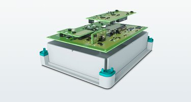 板對板連接器安裝到電子元件外殼上方多個 PCB 板的分解圖