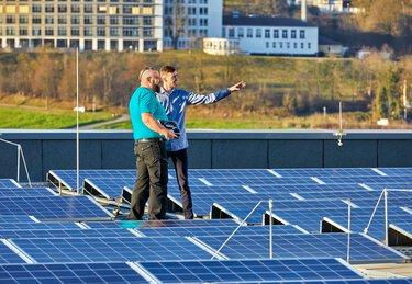 Deux techniciens sur des installations solaires sur toiture