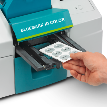 Inserting the magazine into the BLUEMARK ID COLOR magazine carriage