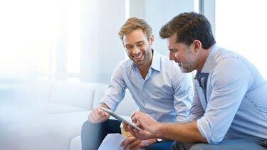 Zakenpartners wisselen ideeën uit in een gesprek