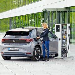 Vrouw laadt elektrische auto