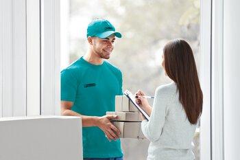 La cliente reçoit un colis contenant un échantillon gratuit de Phoenix Contact