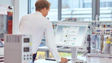 Un client consulte une liste des produits sur un moniteur de PC