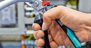 Les outillages à main de la gamme de produits CUTFOX lors de la découpe de câbles