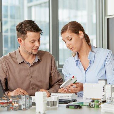 Deux collaborateurs de Phoenix Contact adaptent les produits conformément aux spécifications clients