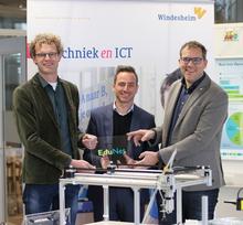 Uitreiking EduNet-plaquette. V.l.n.r. Jan Kampen (Docent Elektrotechniek bij Windesheim) , Johan Peters Geessink (Marketing Manager bij Phoenix Contact) en Sietse Dijkstra (Manager Engineering  Design bij Windesheim)
