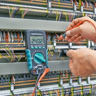 Voltage tester from the TESTFOX product range in use in the control cabinet