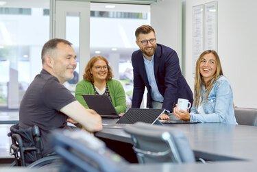 Groep werknemers van Phoenix Contact in een vergadering