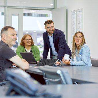 Des collaborateurs de Phoenix Contact en salle de réunion