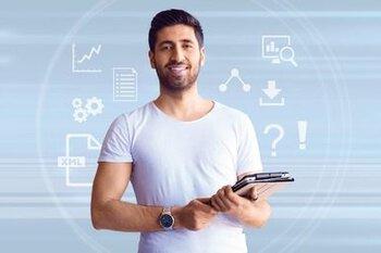 Homme avec une tablette à la main