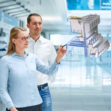 Des collaborateurs regardent le modèle 3D d'un produit