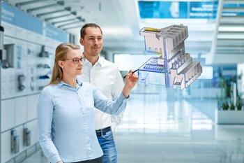 Un client et une collaboratrice observent la visualisation d'un produit pendant la phase de développement