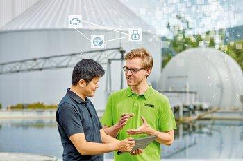 Medewerkers van Phoenix Contact in gesprek met klanten in het watermanagement
