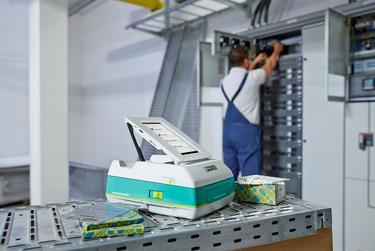Переносной принтер THERMOMARK PRIME в процессе ремонта и обслуживания