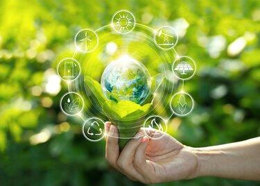 Wereldbol in één hand met pictogrammen om de duurzaamheidsfactoren te visualiseren