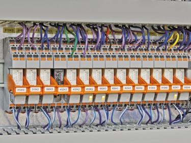 在 Röders TEC 銑床的控制櫃中安裝了 RIFLINE 繼電器