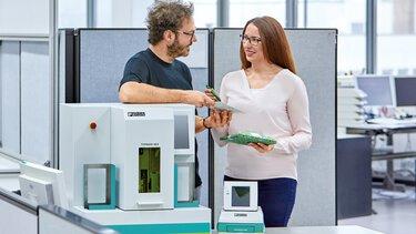 Collaborateur du service imprimantes avec des produits