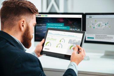 Man met tablet voor monitoren bij het controleren van de beschikbaarheid van de installatie